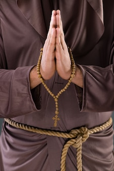 Moine dans un concept religieux sur fond gris