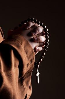 Moine à deux mains jointes en prière