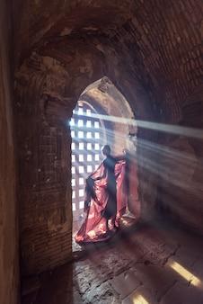 Moine novice, debout, dans, ancien, temple