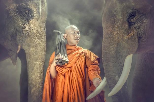 Les moines bouddhistes se tiennent en ivoire et compatissants
