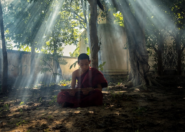 Les moines étaient assis et priaient pour calmer l'esprit.