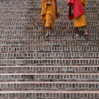 Moines marchant dans l'escalier, luang prabang, laos