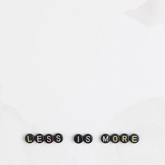 Moins est plus de citation de message de perles avec des perles