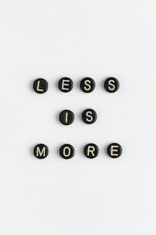 Moins est plus de perles mot typographie
