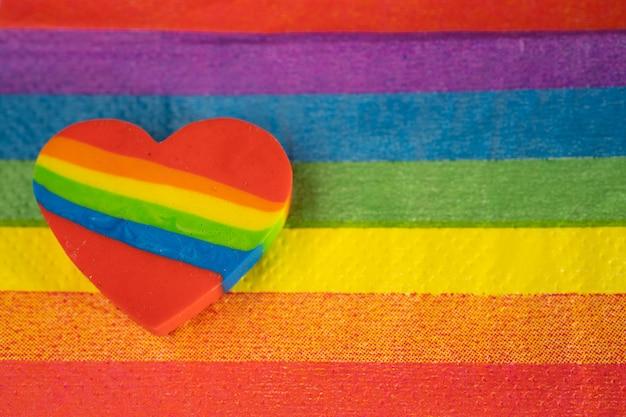 Le mois de la fierté des coeurs colorés arc-en-ciel lgbt célèbre son année en juin.