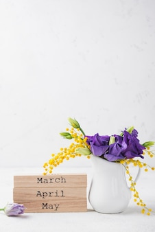 Mois de printemps et fleurs dans un vase