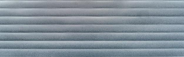 Moisissure et mildiou sur la surface du bardage vieux panneau moulé gris comme une texture en gros plan doublure à clin
