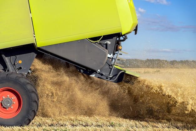 Moissonneuse-batteuse récolte le blé mûr close up