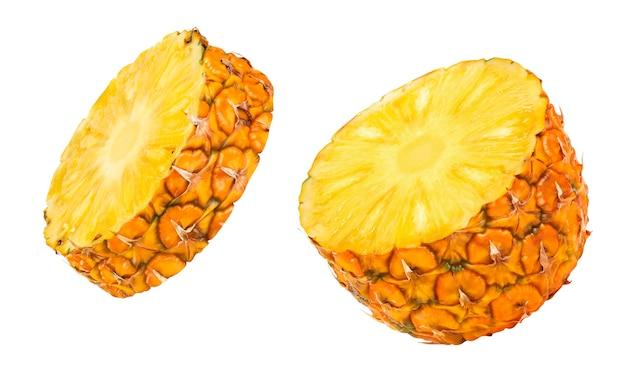 La moitié d'ananas isolé sur blanc