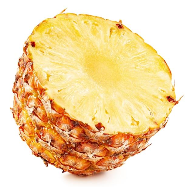 Moitié d'ananas isolé sur fond blanc. tracé de détourage d'ananas mûr. la meilleure photo pour votre projet.