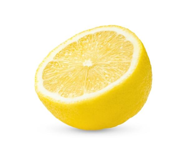 La moitié du citron isolé