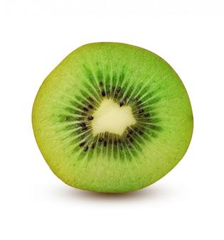 La moitié du kiwi vert mûr isolé sur fond blanc