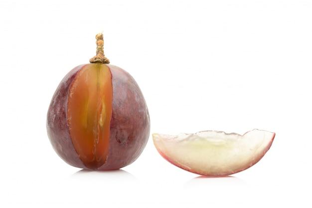 La moitié du raisin. tranche. isolé sur fond blanc