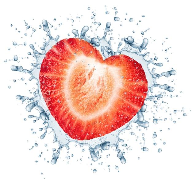 La moitié de la fraise et des éclaboussures d'eau. isolé sur blanc