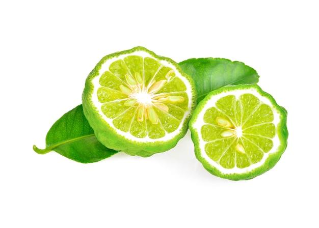 Une moitié de fruit de bergamote avec feuille verte isolée