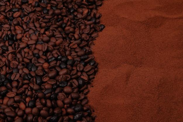 La moitié inférieure est remplie de grains de café et la moitié de café moulu