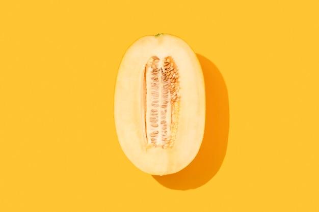 Moitié de melon sur fond jaune