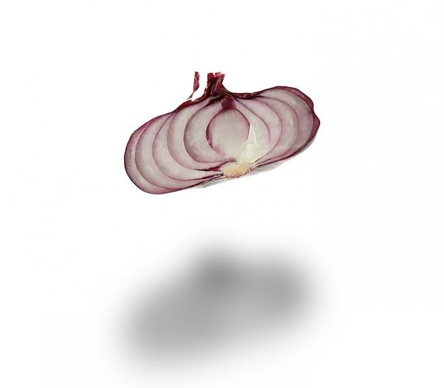 Moitié d'oignon rouge dans une enveloppe isolée