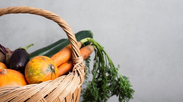 La moitié d'un panier rempli de légumes
