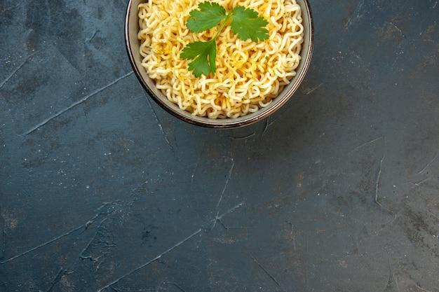 La moitié supérieure des nouilles ramen asiatiques décorées de coriandre sur un sol sombre avec un lieu de copie photo stock