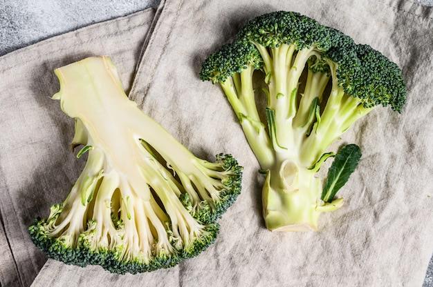 Des moitiés de brocoli frais. vue de dessus