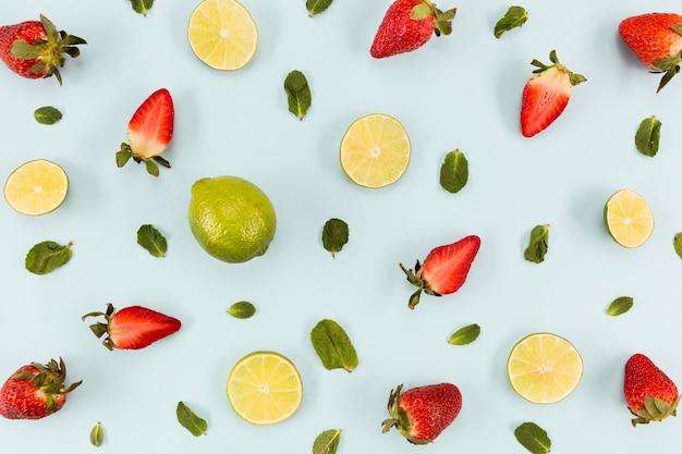 Moitiés de fraises et d'agrumes