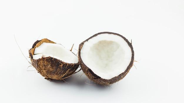 Des moitiés de noix de coco concassée
