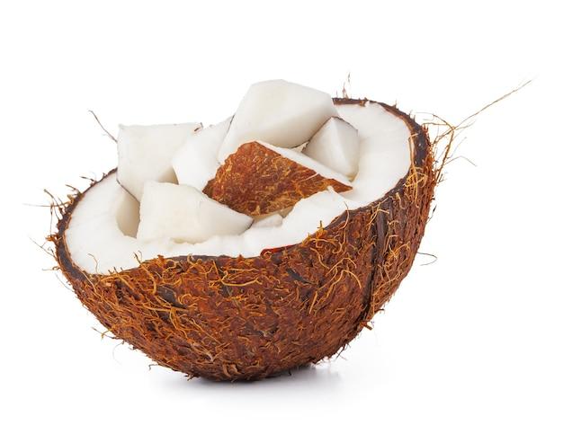 Moitiés de noix de coco isolés sur fond blanc
