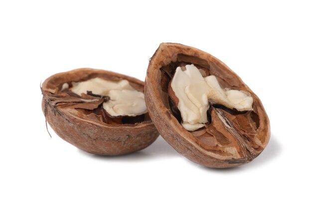 Moitiés de noix isolé sur fond blanc