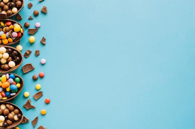 Moitiés d'oeufs en chocolat avec des bonbons