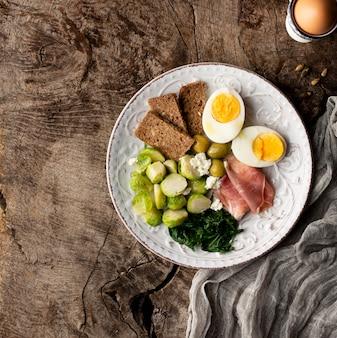 Moitiés d'œufs et de légumes sur un chiffon