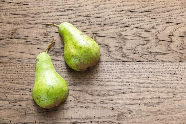 Moitiés de poire verte sur le fond en bois
