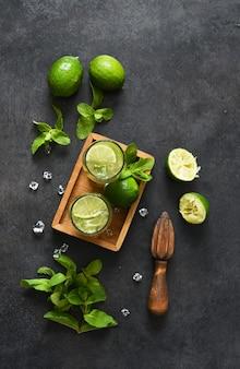 Mojito. boisson d'été traditionnelle à la menthe, citron vert, gin et sucre de canne.