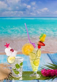 Mojito et citron lime cocktails en bois bleu tropical