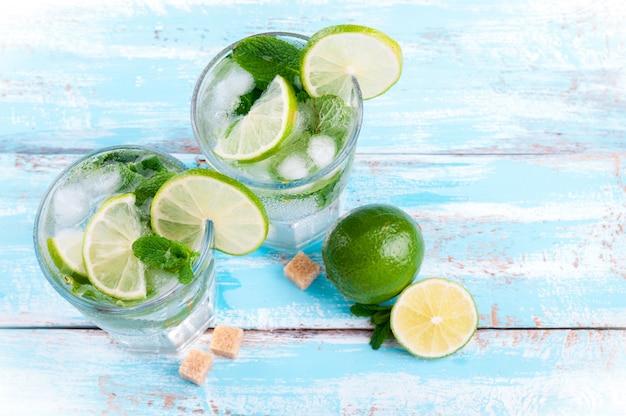 Mojito citron vert cocktail au bar sur backgroung en bois bleu
