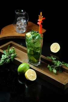 Mojito classique traditionnel sur la table