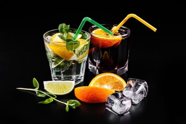 Mojito et cocktail alochol au rhum et au cola servi dans des verres à whisky