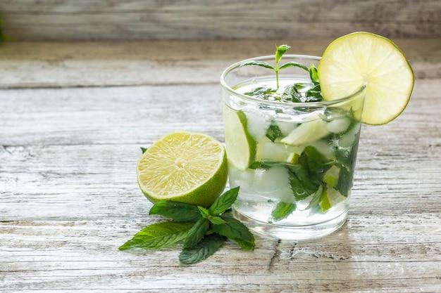Mojito cocktail au citron vert et menthe dans un verre highball