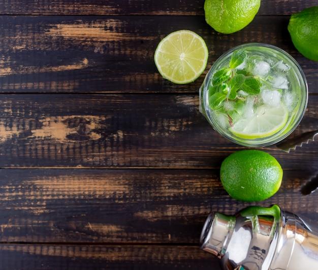 Mojito cocktail au citron vert, menthe et glace. recette. de l'alcool. boisson d'été.