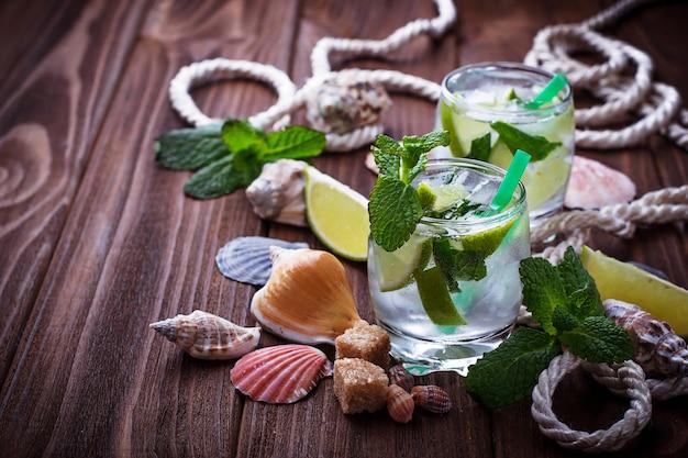 Mojito cocktail au rhum, menthe, glace, citron vert