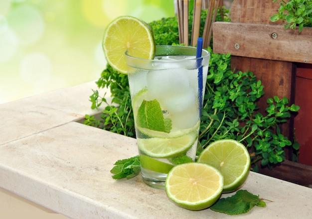 Mojito cocktail à base de run, menthe et citron vert sur la terrasse d'été