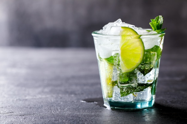 Mojito cocktail. boisson de fête estivale.