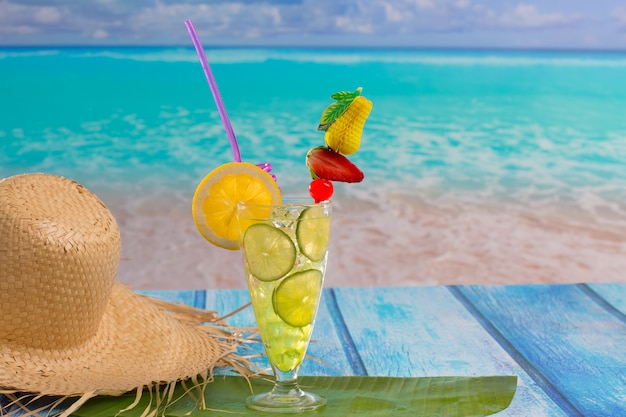 Mojito cocktail citron-lime sur la plage tropicale