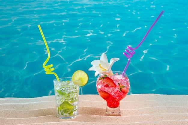 Mojito et cocktail de fraises sur la plage de sable blanc