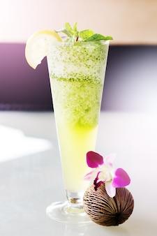 Mojito cocktail en haut verre