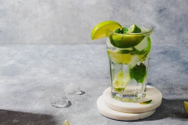 Mojito cocktail rafraîchissant glacé d'été avec des glaçons