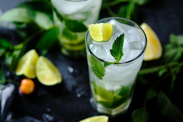 Mojito. cocktail avec rhum, citron vert, sirop de sucre, menthe et soda. un cocktail d'été rafraîchissant.