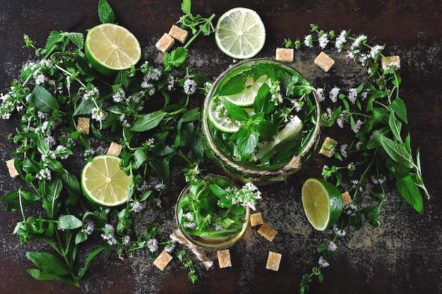 Mojito froid fait maison. feuilles de menthe, citron vert, sucre brun