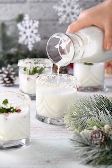 Mojito de noël à base de liqueur de tequila lait de coco avec graines de grenade