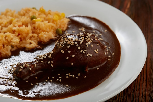 Mole con pollo y arroz rojo con verduras comida tipica mexicain